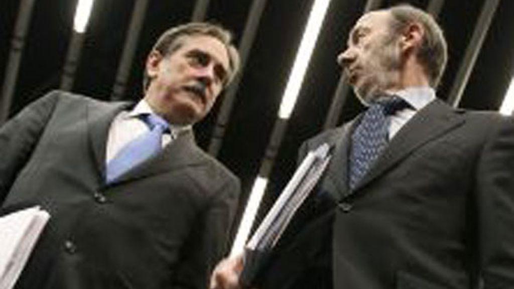 El vicepresidente primero del Gobierno, Alfredo Pérez Rubalcaba y el ministro de Trabajo, Valeriano Gómez.