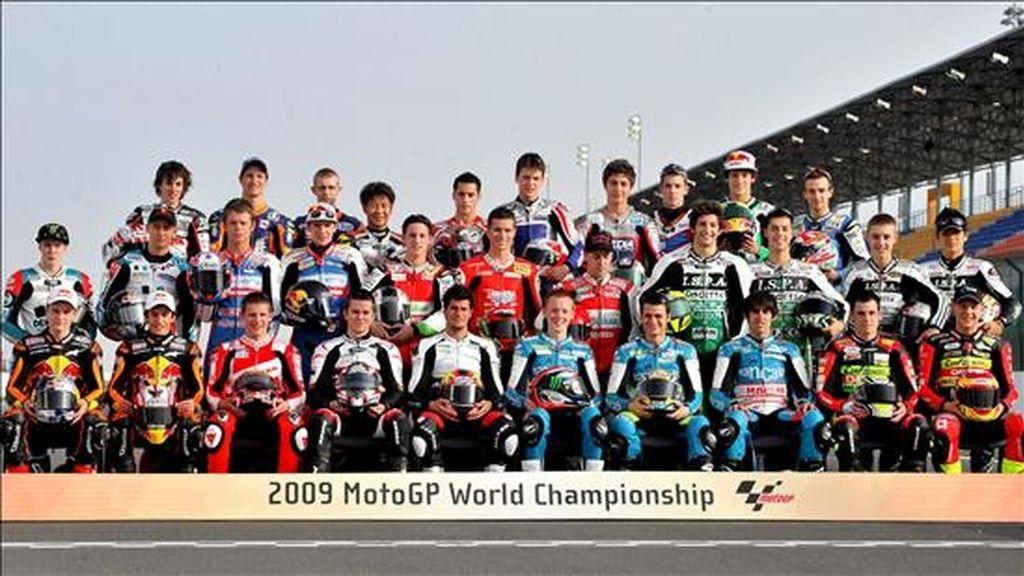 Los pilotos de la categoria 125 c.c en una foto de familia hoy antes del comienzo de los entrenamientos libres en el circuito internacional de Losail, en Doha (Qatar). EFE