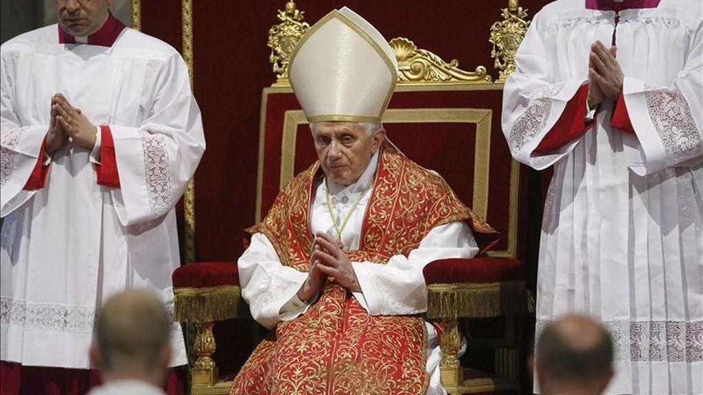 El papa Benedicto XVI reza mientras celebra la Pasión de Cristo durante el Viernes Santo, en la basílica de San Pedro, en el Vaticano. EFE