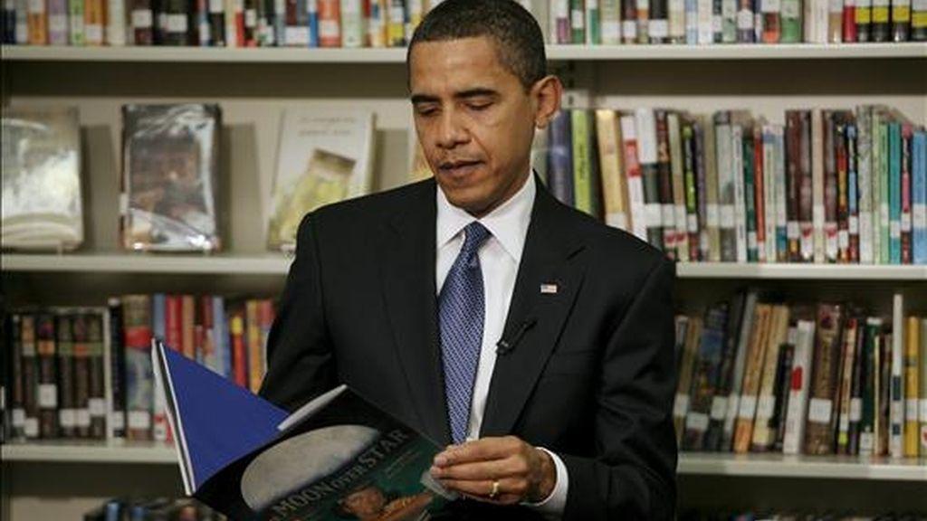 """El presidente de Estados Unidos, Barack Obama, lee un cuento a los alumnos del colegio oficial Capital City Public Charter ayer, 3 de febrero, en Washington DC (EEUU), donde durante su visita a ese establecimiento escolar se encontró con menores de segundo año para la lectura de """"The Moon Over Star"""" (La luna sobre la estrella). EFE"""