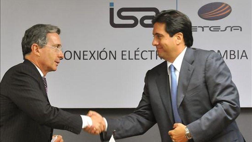 Los presidentes de Colombia, Álvaro Uribe (i); y Panamá, Martín Torrijos (d), participan en el acto inaugural de la empresa de Interconexión Eléctrica Colombia-Panamá (ICP), en Ciudad de Panamá (Panamá). EFE