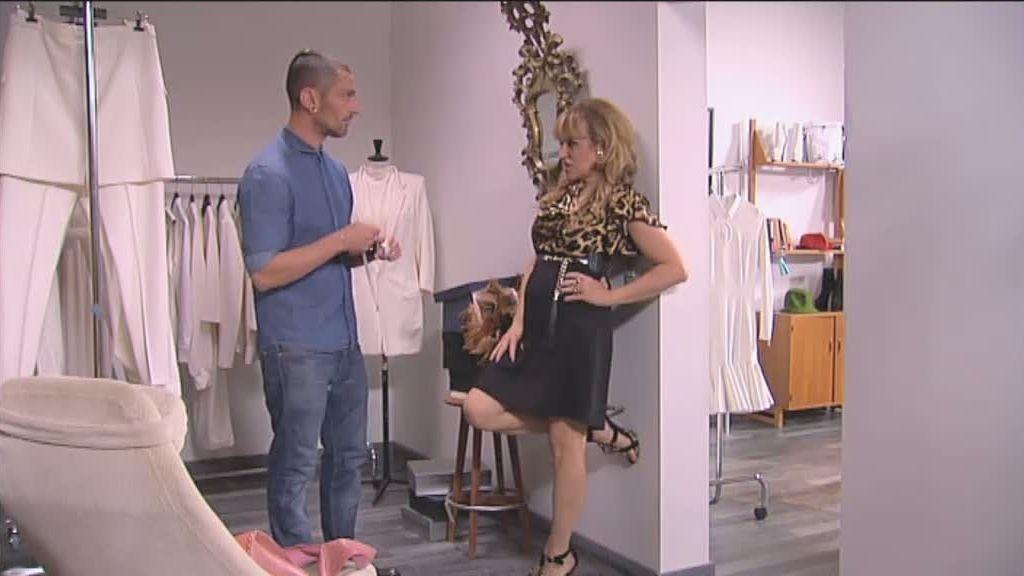 Lola quiere que el diseñador le haga a su madre un vestido de novia