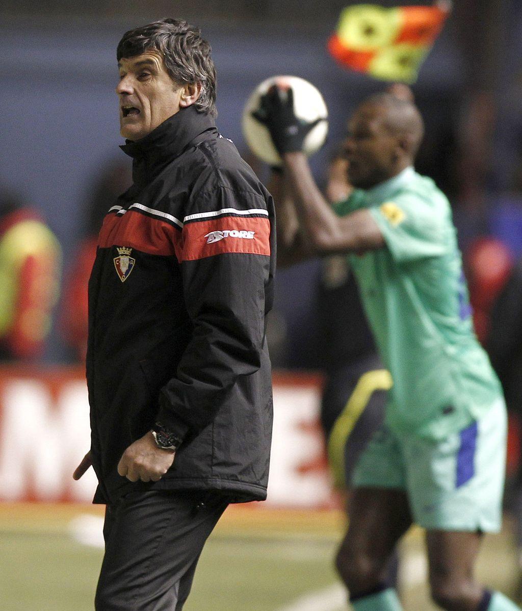 El entrenador de Osasuna, José Luis Mendilibar, dirige desde la banda a sus jugadores