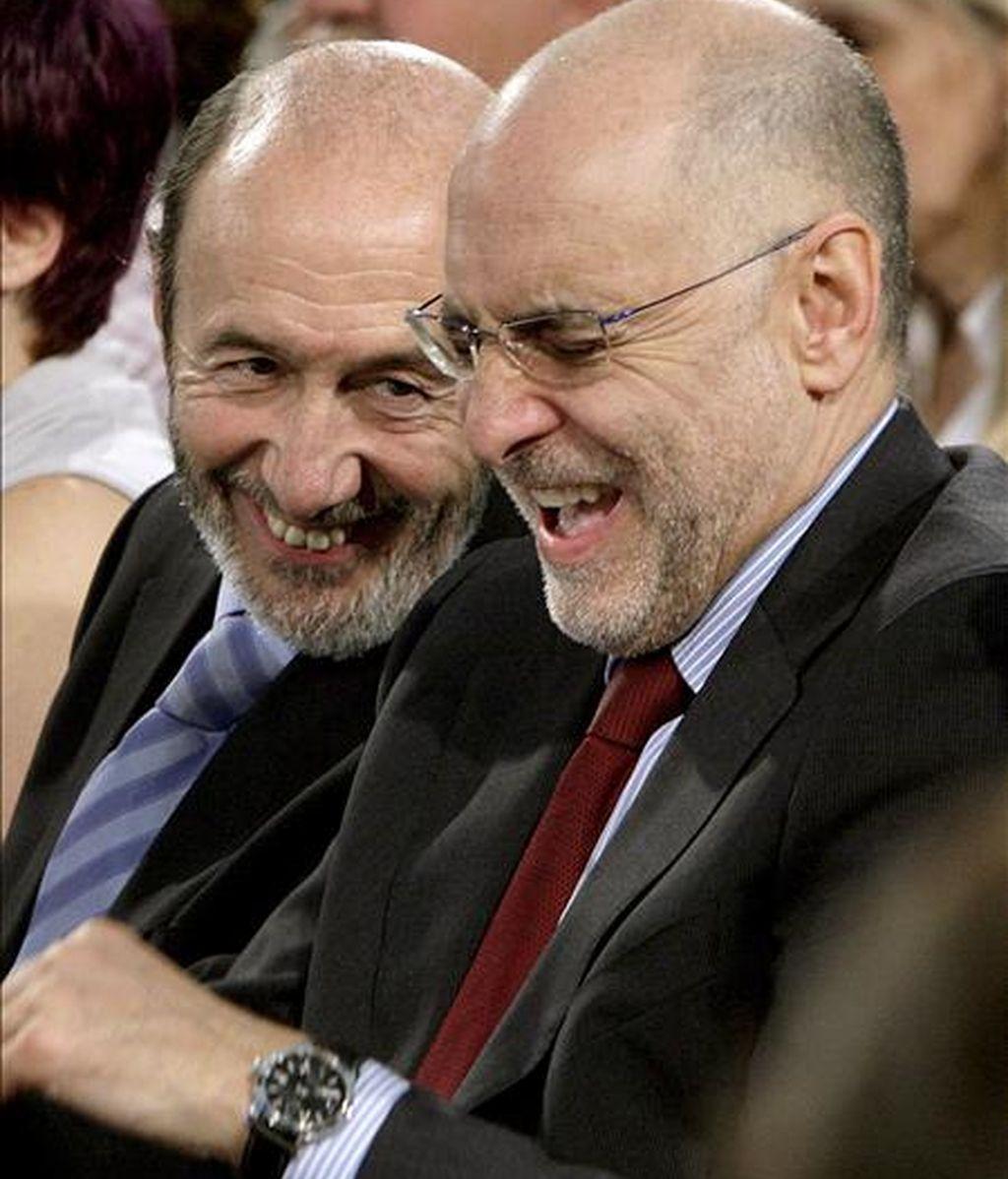 El ministro del Interior, Alfredo Pérez Rubalcaba (i), y el consejero de Interior del Gobierno Vasco, Rodolfo Ares, bromean durante el acto electoral del PSE-EE celebrado en Bilbao. EFE/Archivo