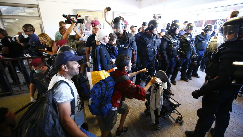 Varios refugiados abandonan la estación húngara de Bicske