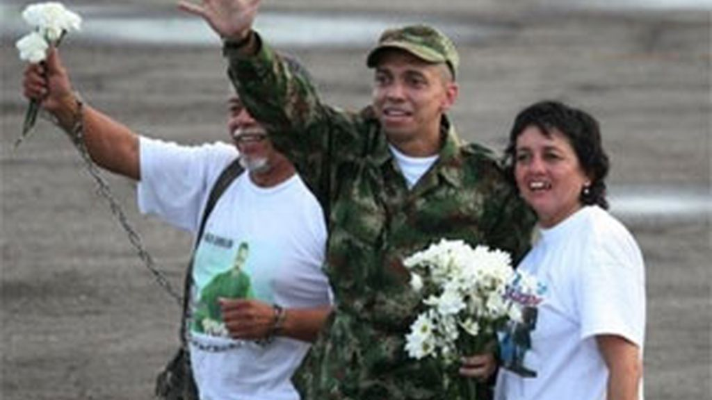 El sargento Pablo Emilio Moncayo se reecuentra con sus familiares. Vídeo: Informativos Telecinco.