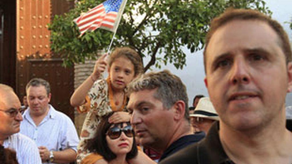Cuidadanos y turistas se echan a la calle en Marbella con banderas estadounidenses. Foto: GTRES