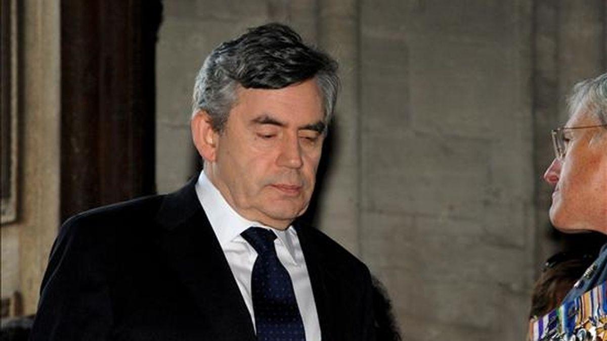El primer ministro británico, Gordon Brown, llega a la catedral de Bayeux (norte de Francia) para asistir a una ceremonia religiosa en memoria de los caídos en el desembarco de Normandía. EFE