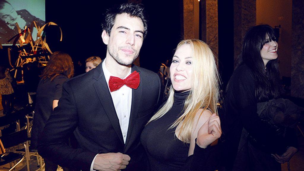 Posando junto a Daniela Bluma, vestido con un traje de García Madrid
