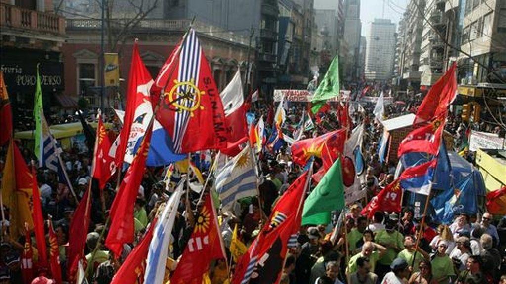 Los sindicalistas han chocado directamente con la reforma del Estado impulsada por el presidente José Mujica y han fomentado movilizaciones en reclamo de mayores salarios, lo que ha creado un clima de inestabilidad laboral mal visto por el Ejecutivo. EFE/Archivo
