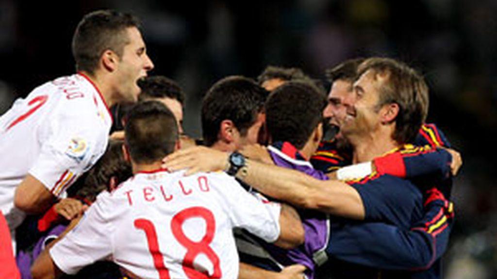 Lopetegui celebra con sus jugadores la clasificación para los cuartos de final del Mundial. Foto: EFE