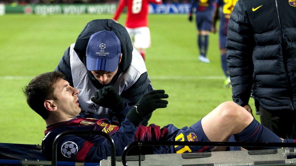 Leo Messi es retirado en camilla tras lesionarse durante el partido de la última jornada de la fase de grupos de Liga de Campeones ante el Benfica