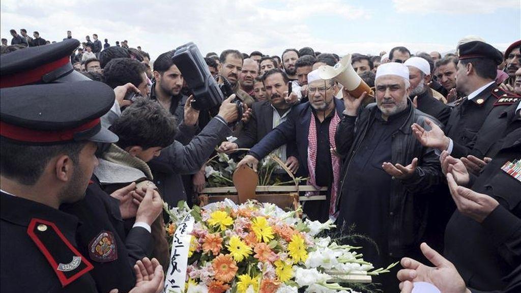 Imagen facilitada por la agencia de noticias estatal SANA que muestra el funeral del policía Ahmed Makawi hoy en Damasco. Según SANA, Makawi fue asesinado por un grupo armado este viernes. EFE/SANA