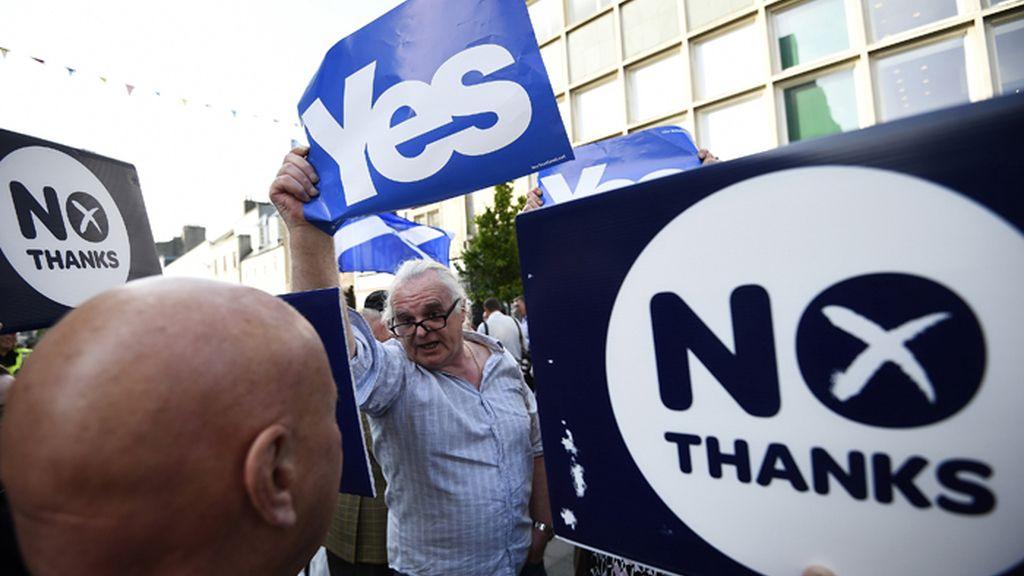 Partidarios del 'sí' y del 'no' en el referéndum escocés coinciden en una calle de una localidad de Escocia