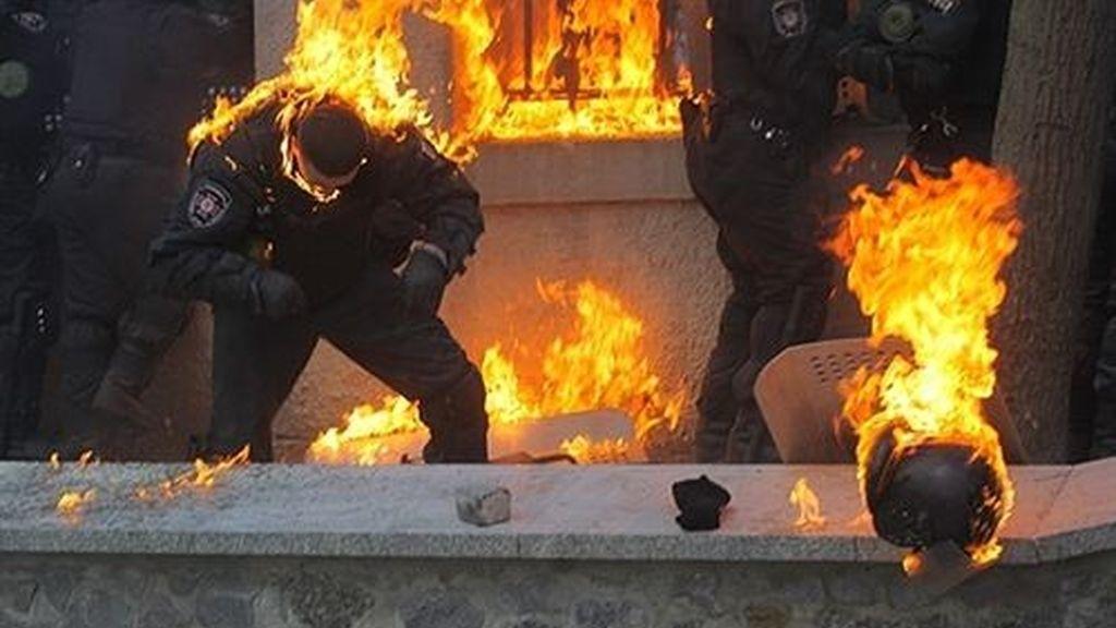 La policía ucraniana acosada por los manifestantes proeuropeos en Kiev