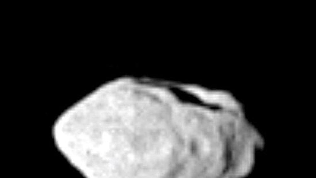 Imagen del 7 de septiembre de 2008 del asteroide Steins (2867) que fue captada por la sonda Rosetta de la Agencia Espacial Europea (ESA) desde una distancia mínima de 800 kilómetros en su viaje hacia el cometa 67/P Churyumov-Gerasimenko. Está previsto que hoy la sonda Rosetta se encuentre con el asteroide Lutetia. EFE/Archivo