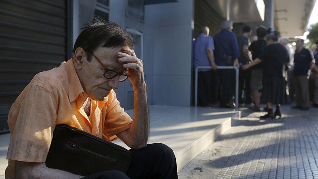 Un pensionista griego hace cola desesperado para cobrar su paga
