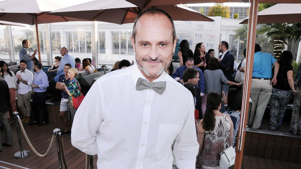 """Nacho Montes nos presentó su último trabajo literario """"Zapatos rojos para saltar en los charcos"""""""