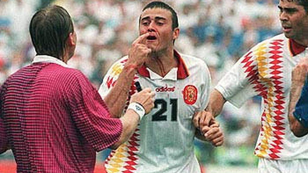 Tassoti le rompe la nariz a Luís Enrique (EEUU, 1994)