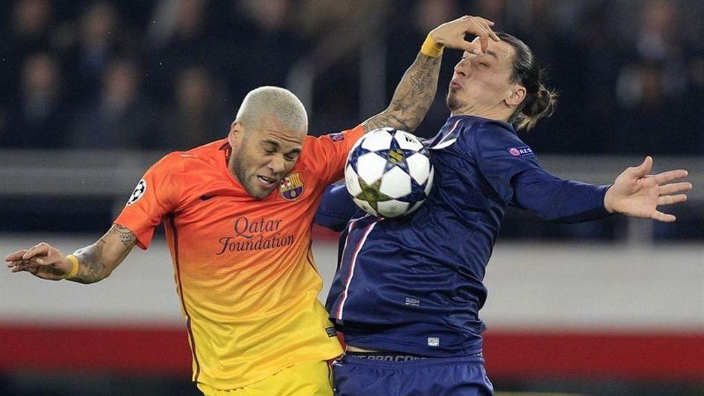 Alves e Ibrahimovic pelean por un balón en el partido de ida de cuartos de la Liga de Campeones
