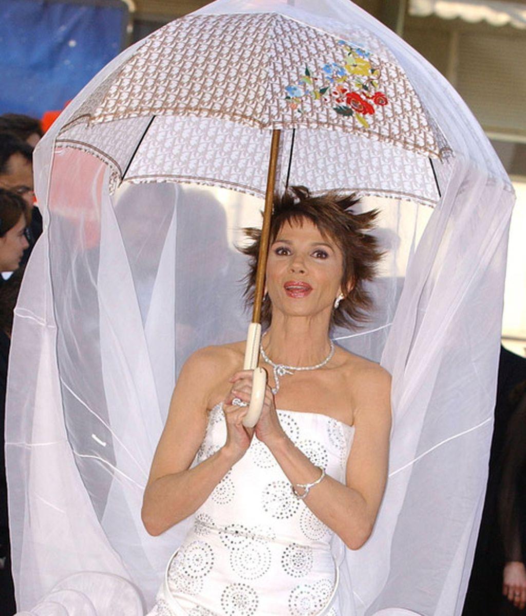 Las gotas hacen chip en sus paraguas chic