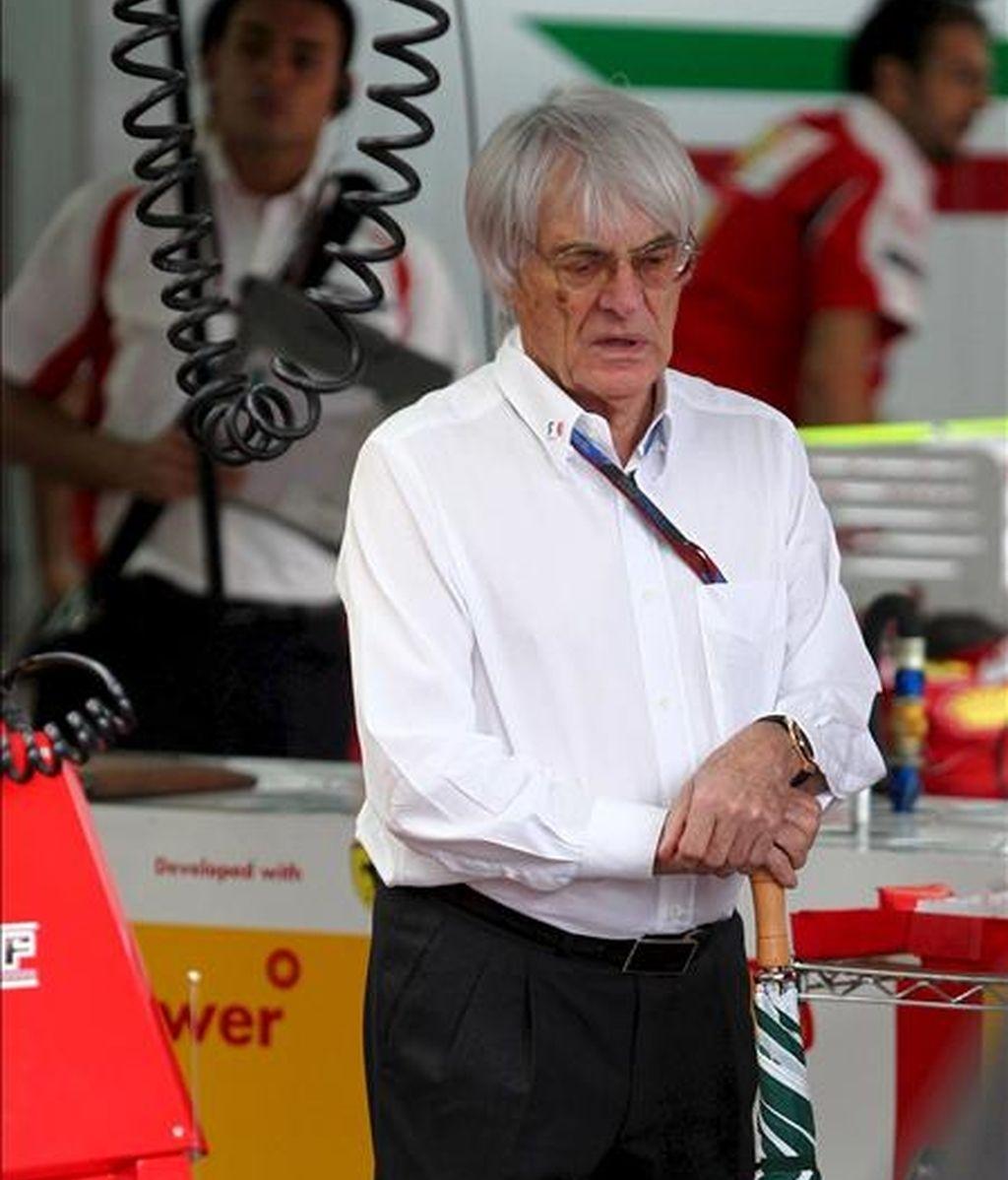 El presidente de la Formula One Maneger (FOM), Bernie Ecclestone, en el box de Ferrari. EFE/Archivo