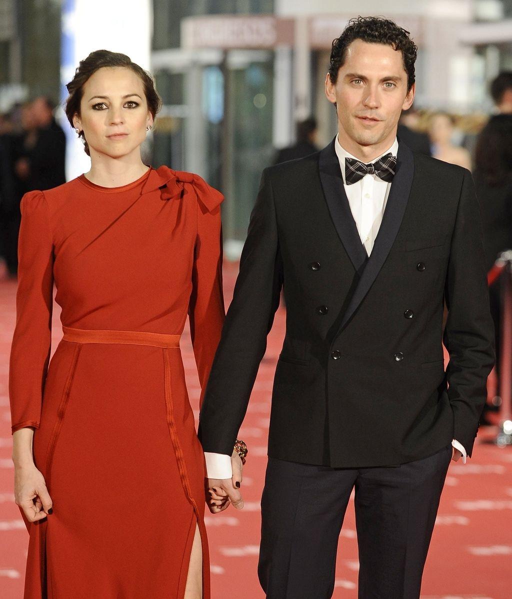 La actriz y cantante Leonor Watling junto con el actor Paco León