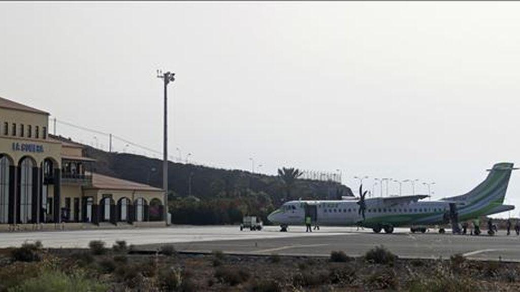 Un avión estacionado en la pista de aterrizaje del aeropuerto de La Gomera que comenzó hoy a operar sin controladores aéreos y se convierte en el primer aeródromo español en implantar el servicio de información de vuelo (AFIS). EFE
