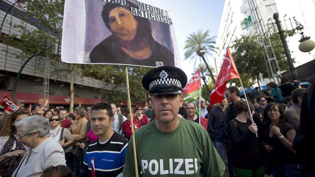 Varias personas portan pancartas y banderas durante la manifestación que ha tenido lugar hoy en Córdoba con motivo de la huelga general