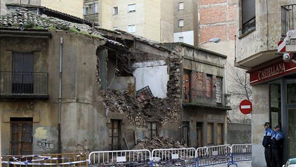 Un edificio deshabitado de dos plantas se ha venido abajo esta mañana en Salamanca debido, al parecer, a la intensa lluvia que durante toda la noche ha caído sobre la ciudad. EFE
