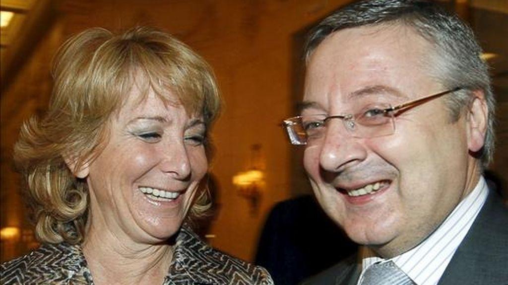 En la imagen, la presidenta de la Comunidad de Madrid, Esperanza Aguirre, y el nuevo titular de Fomento, José Blanco. EFE/Archivo