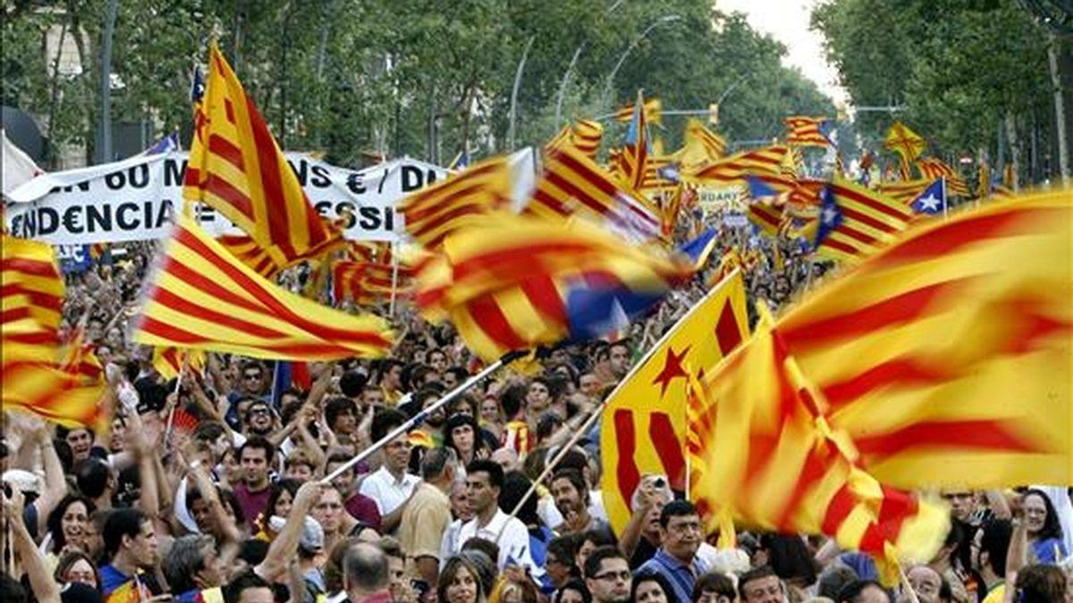 Miles de personas han asistido a la manifestación que se ha celebrado esta tarde en Barcelona en protesta por la sentencia del Tribunal Constitucional sobre el Estatuto de Cataluña. EFE