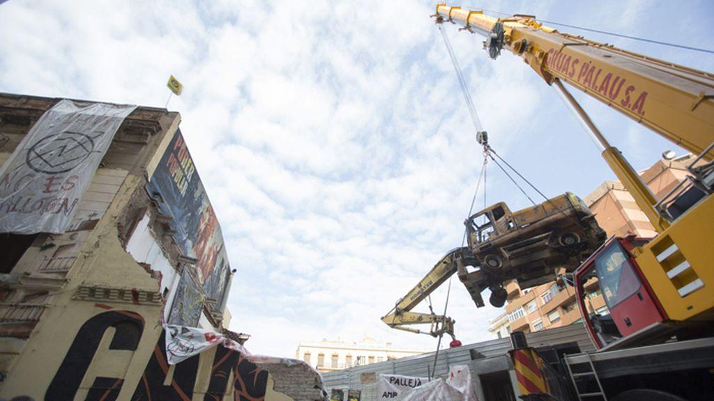 Finaliza la retirada de la excavadora calcinada en el centro social de Can Vies