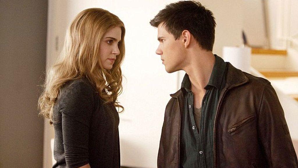 Jacob se enfrenta a Rosalie después de que ésta defienda la decisión de Bella de tener al bebé aún a riesgo de su vida