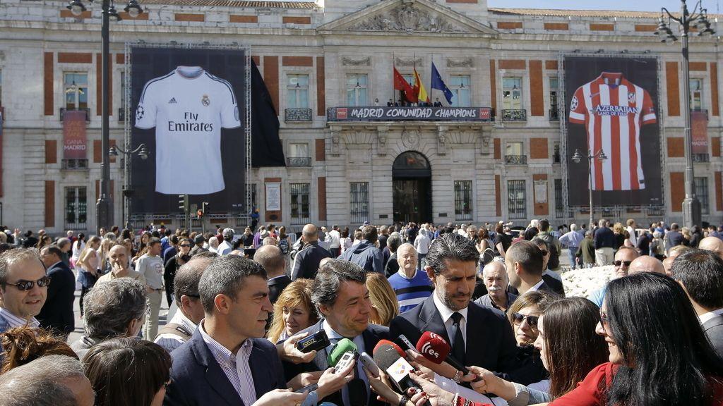 Dos camisetas gigantes del Real Madrid y el Atlético de Madrid animan la final de la Liga de Campeones en Sol