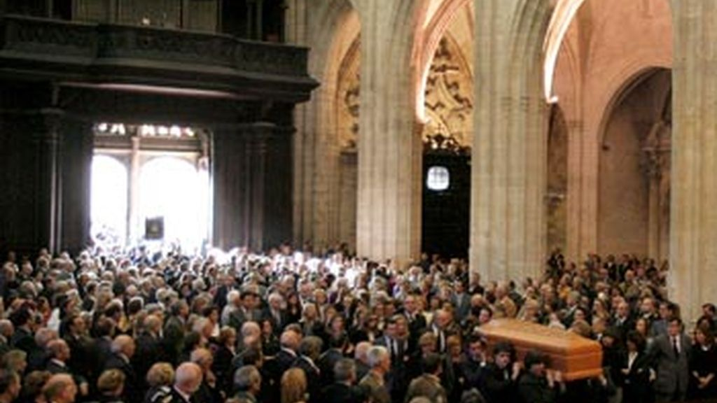 Llegada del féretro a la catedral de Oviedo durante el funeral del conde de Latores, Sabino Fernández Campo, ex jefe de la Casa del Rey, fallecido el domingo en Madrid. Foto: EFE.