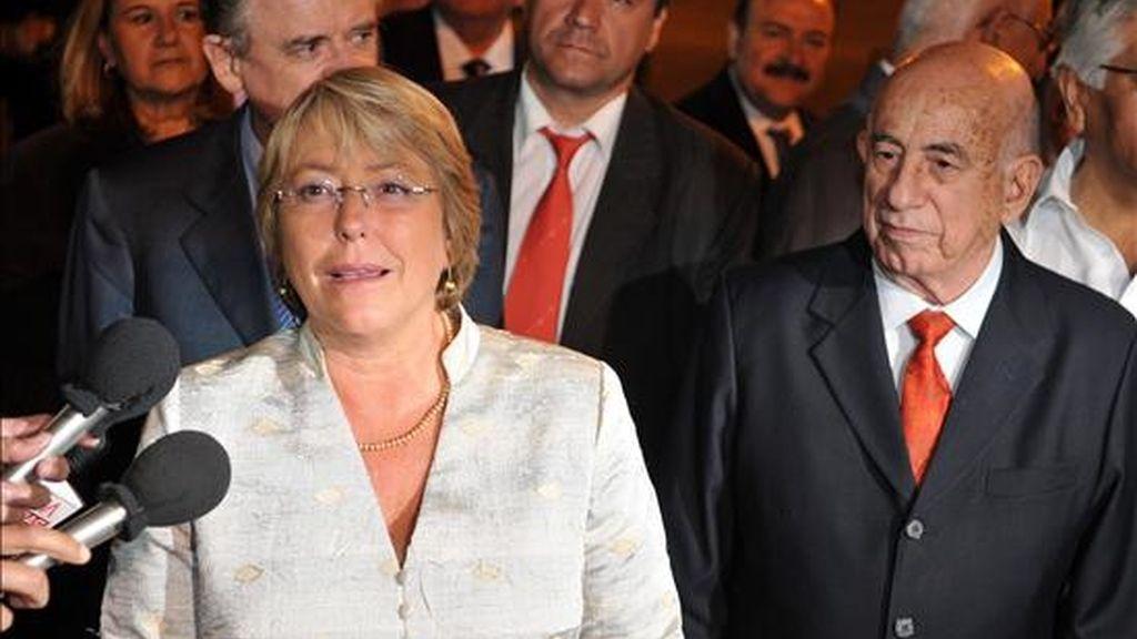 La presidenta de Chile, Michelle Bachelet (i), habla con la prensa, acompañada por el primer vicepresidente cubano, José Ramón Machado, luego de su llegado hoy a La Habana (Cuba). Bachelet inció así una visita de 72 horas a la isla. EFE
