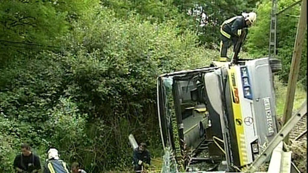 El autobús ha volcado sobre las vías del tren. Foto:Atlas