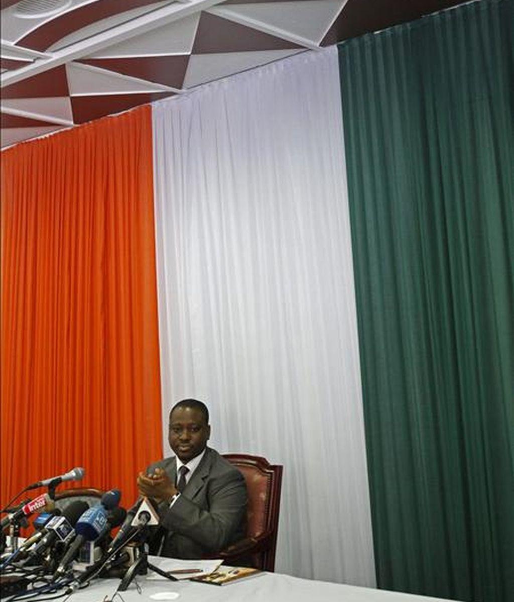 Guillaume Soro, designado ayer primer ministro por Alassane Ouattara, dentro de la lucha por el poder que se desarrolla en Costa de Marfil, celebró hoy el primer consejo de su nuevo Gobierno, tras el que dio tres días de plazo para dejar el poder al presidente, Laurent Gbagbo. EFE/Archivo