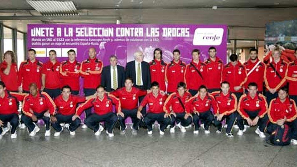 La selección española posa en la estación de Atocha en un acto contra las drogas. Foto: EFE
