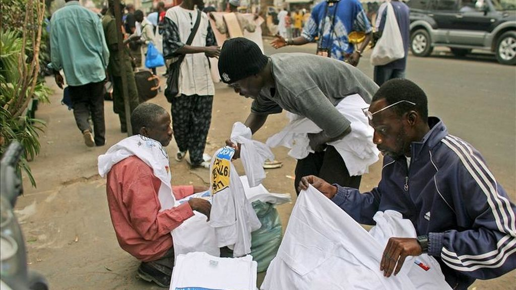 Vendedores callejeros de Senegal en las calles de Dakar, Senegal. EFE/Archivo