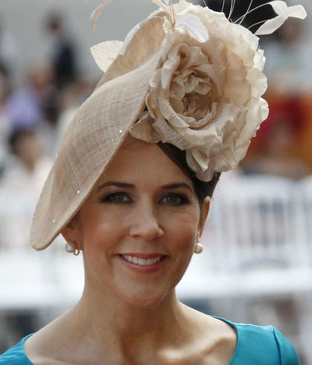 La princesa Mary de Dinamarca, con una gran flor pálida en el pelo
