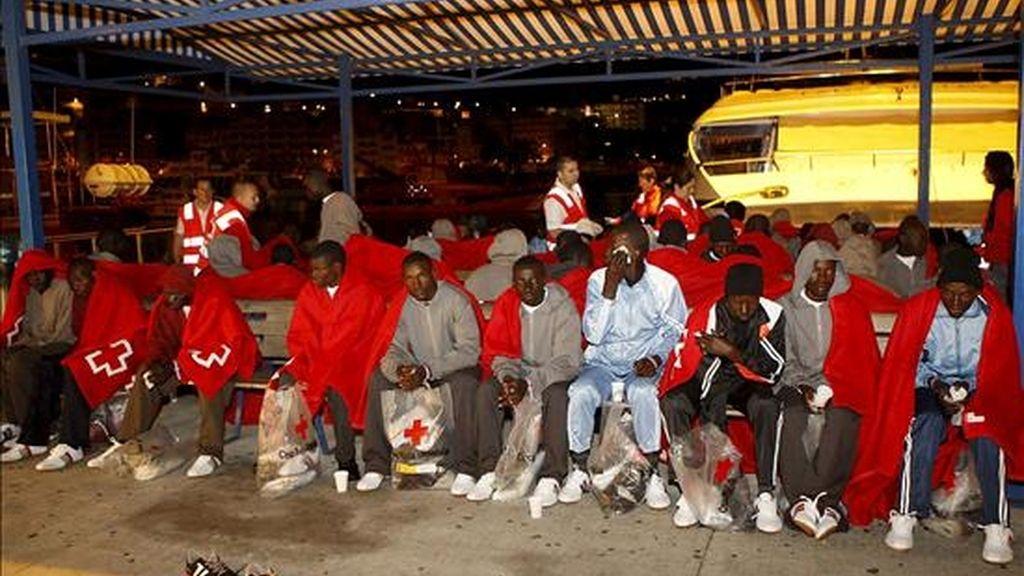Los 74 ocupantes de un cayuco, entre los que viajaban once posibles menores de edad, que ayer fue interceptado en aguas próximas a Canarias por la Guardamar Kaliope, de Salvamento Marítimo, tras su llegada al puerto tinerfeño de Los Cristianos. EFE