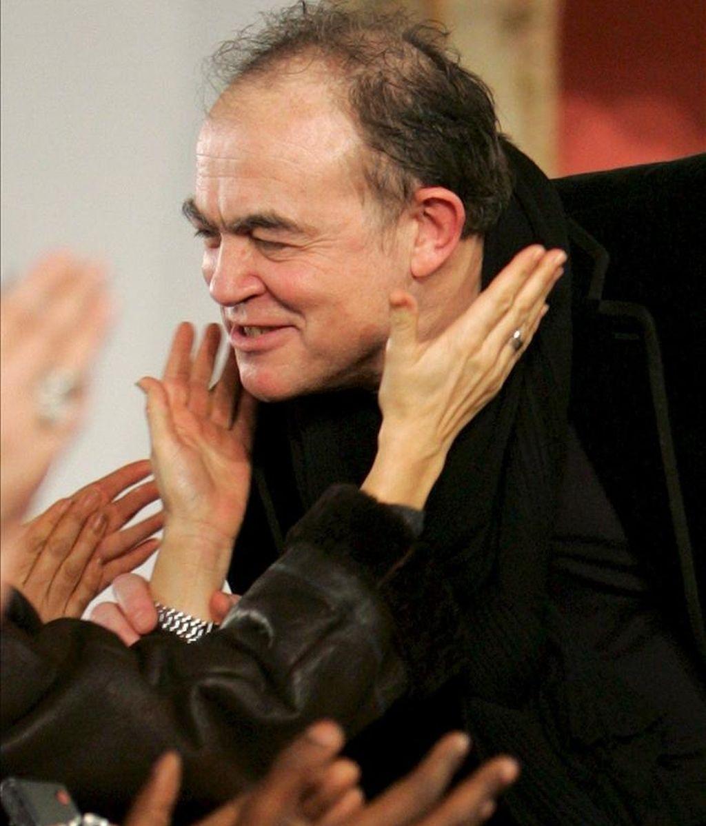 El diseñador francés Christian Lacroix recibe las felicitaciones del público tras la presentación de su colección de alta costura primavera/verano 2009 en de la Semana de la Moda de París, Francia. EFE/Archivo