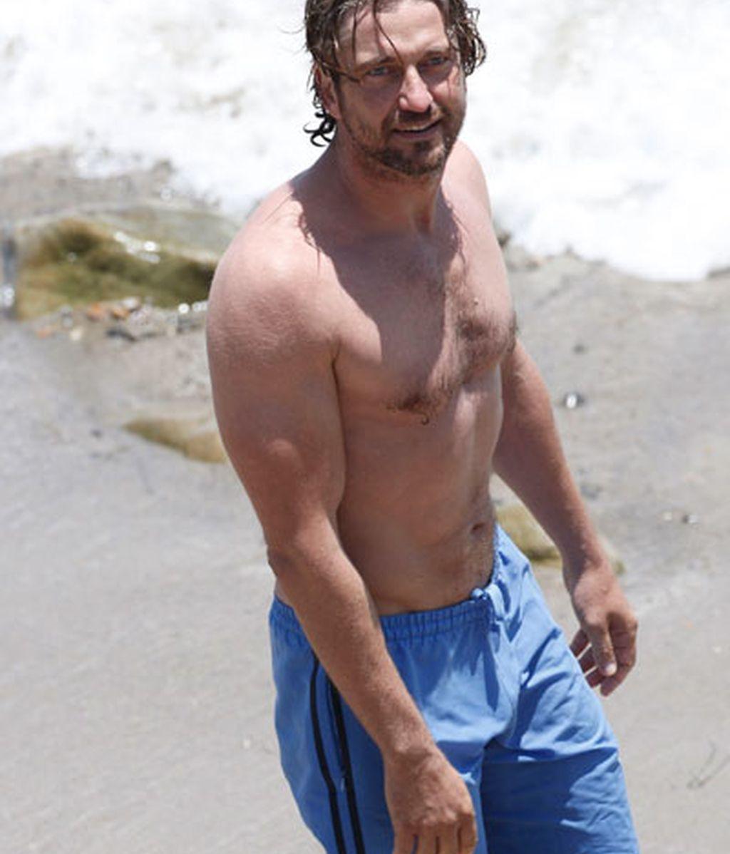 Gerard Butler en la playa de Malibú