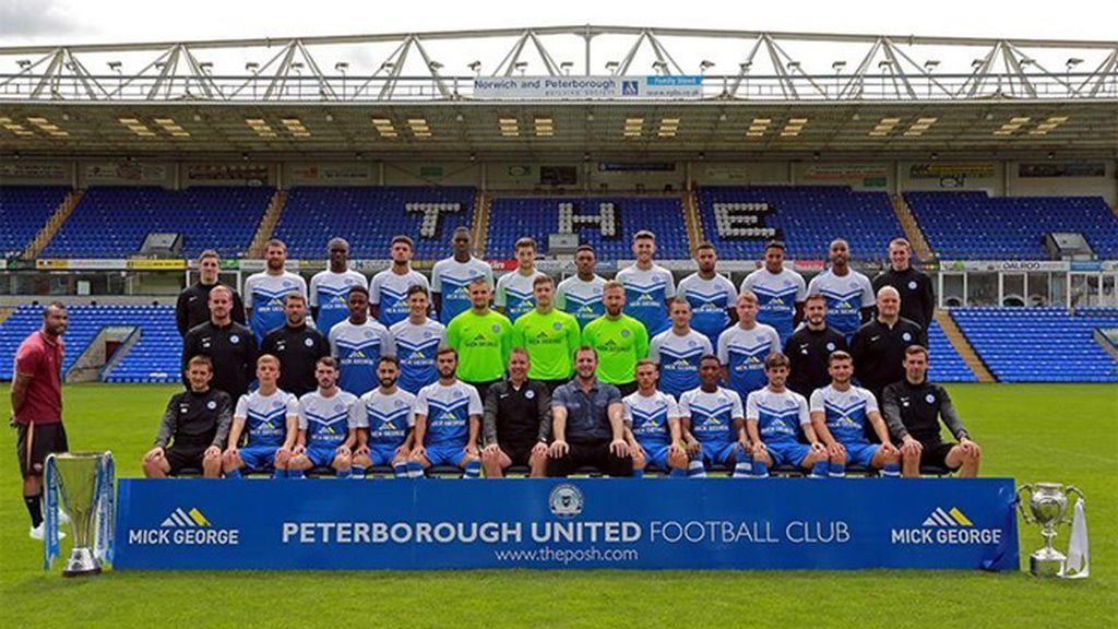 Ashley Cole se cuela en la foto de equipo del Peterborough
