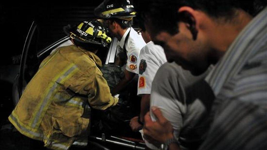 Mario Delcid de León (d) llora, mientras voluntarios de los bomberos transportan el cuerpo sin vida de su hermano Rolando Ardami Santis de León, de 42 años, quien resultara muerto tras un atentado perpetrado por dos hombres con cascos en Ciudad de Guatemala (Guatemala). EFE