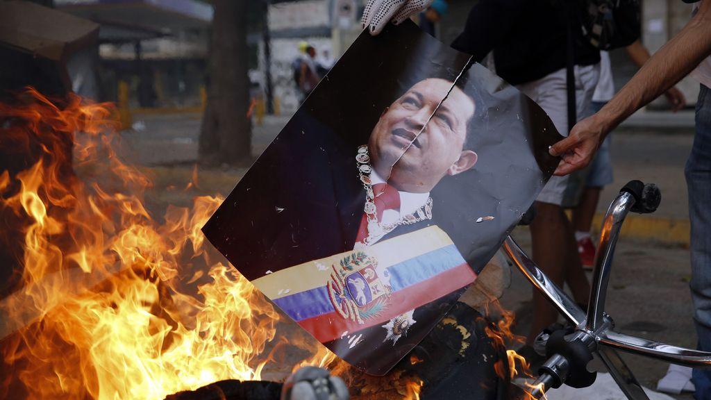 La foto de Hugo Chávez arde en durante protestas antigubernamentales