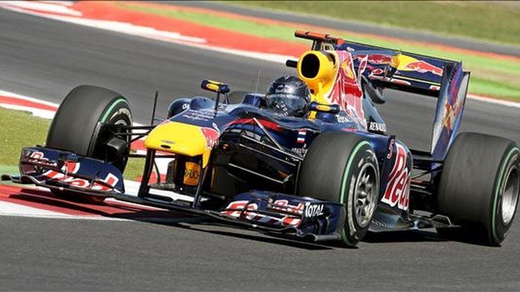 El piloto alemán de Fórmula Uno de la escudería Red Bull, Sebastian Vettel, en acción durante la segunda sesión de entrenamientos libres en el circuito de Silverstone, en Northamptonshire (Reino Unido). El Gran Premio de Gran Bretaña se disputará el 11 de julio de 2010. EFE
