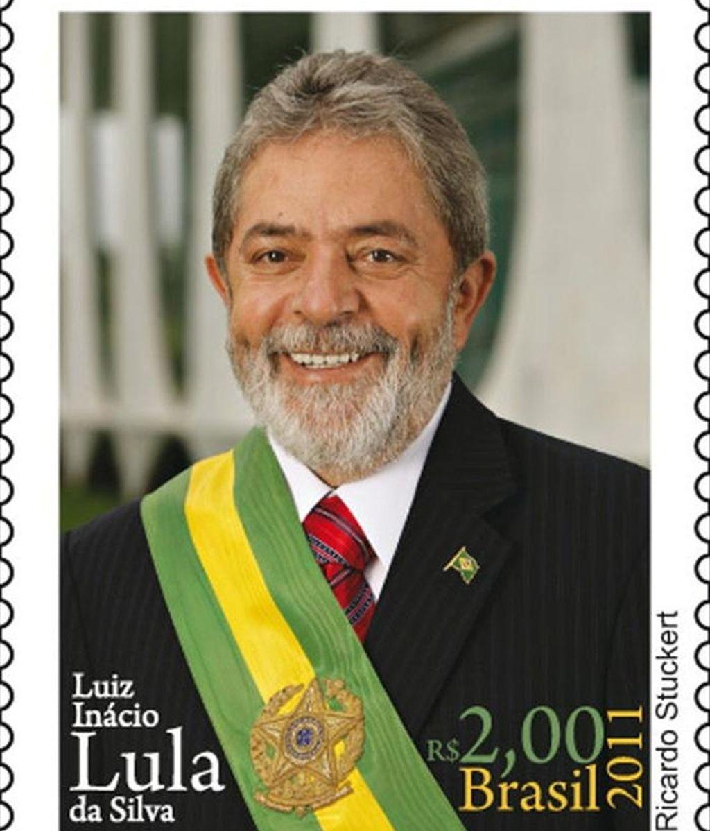 Fotografía cedida en la que se observa un ejemplar de una serie limitada de sellos con la imagen del ex presidente Luiz Inácio Lula da Silva emitida por los Correos de Brasil. EFE